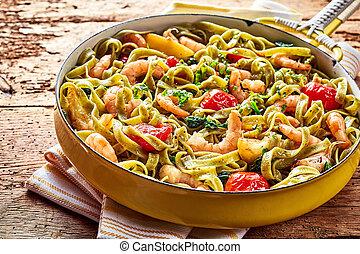 Tagliatelle pasta with shrimp garlic and spinach