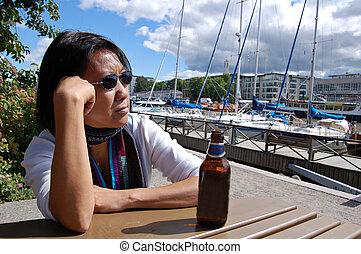 tailandés, mujer, en, puerto deportivo