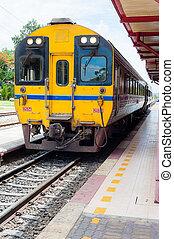 tailandês, amarela, trem, em, estação