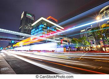 taipei, tráfico de la ciudad, por la noche