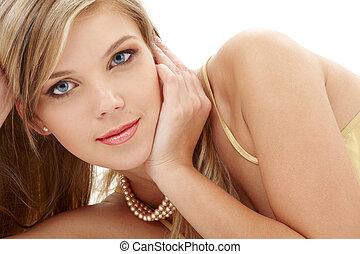 tajemniczy, modrooki, blond, perły
