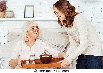 takign, elle, grand-mère, soin, malade, positif, femme