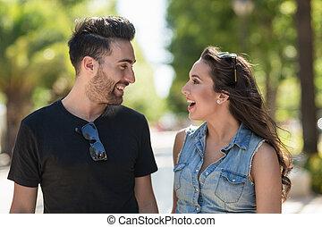 talande, leende glatt par, utanför
