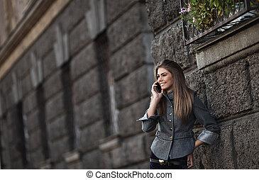talande, mobil, lycklig, ung, ringa, dam
