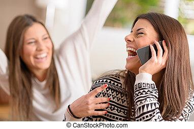 talande, ung, mobiltelefon, skratta, kvinnor