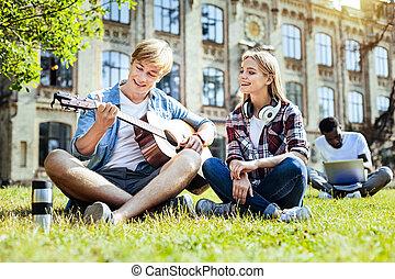 talentoso, pessoas, jovem, guitarra, sorrindo, tocando
