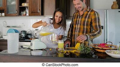 talking, женщина, дегустация, пара, glasses, наливать, сок, вместе, человек, свежий, улыбается, счастливый, кухня
