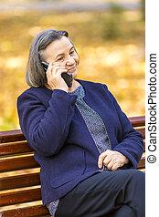 talking, смартфон, женщина, старшая, на открытом воздухе
