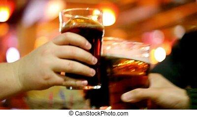 talpas pohár, három, sör, kézbesít, csörgés szemüveg
