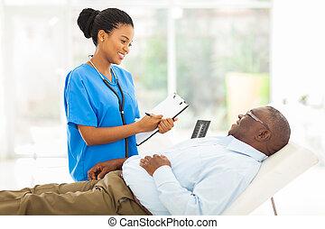 tanácsadó, türelmes, orvos, női african, idősebb ember