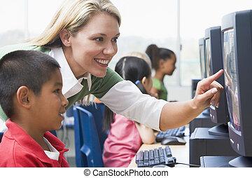 tanár, ételadag, óvoda, gyerekek, tanul, hogyan, fordíts, alkalmaz, számítógépek