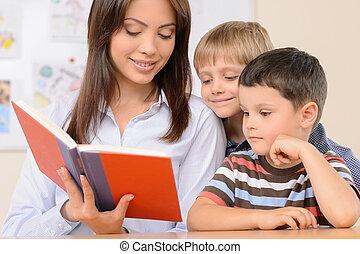 tanár, felolvasás, egy, book., magabiztos, fiatal, tanár, olvas előjegyez, fordíts, a, szembogár
