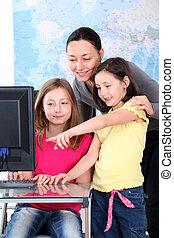 tanár, noha, gyerekek, előtt, desktop computer