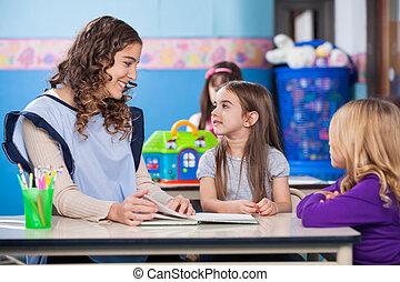 tanár, tanítás, kicsi lány, alatt, osztályterem