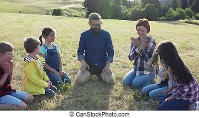 tanár, természet, playing., mező, gyerekek, elgáncsol,...