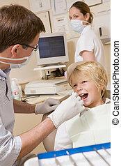 tandarts, en, assistent, in, examen kamer, met, jonge...