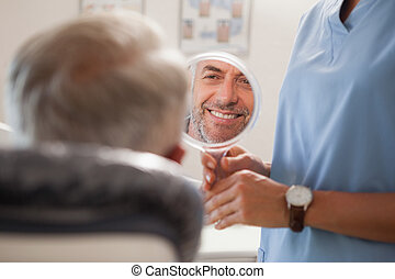 tandarts, het tonen, patiënt, zijn, nieuw, glimlachen, in,...