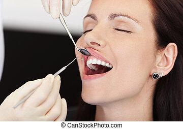 tandarts, krijgen, patiënt, behandeling, vrouwlijk