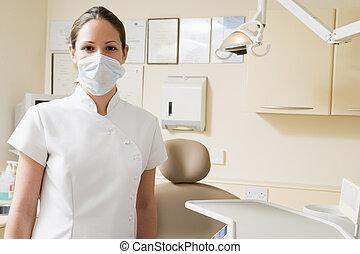 tandartsassistente, in, examen kamer, met, masker, op