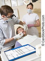tandläkare, och, assistent, in, undersökande rum, med, man,...