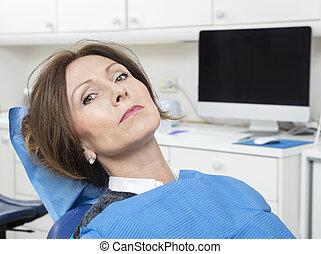tandläkare, tålmodig, klinik, kvinnlig, sittande