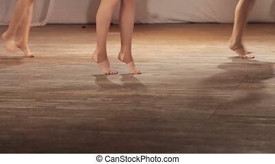 taniec, boso, rusztowanie