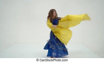 taniec, brzuch, orientalny, taniec, dziewczyna, blondynka, kostium, skrzydełka