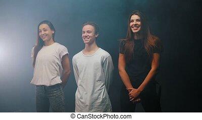 taniec, ludzie, trzy, studio, grupa, stanie uśmiechnięte
