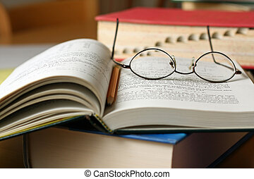 tankönyv, képben látható, asztal, noha, szemüveg, és, ceruza