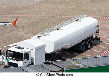 Tankwagen der Flugkraftstoff-Dienstleistungen auf einer Flughafenrollbahn