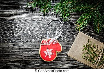 tanne, zweig, weihnachten, lebkuchen, geschenkschachtel, auf, holzbrett