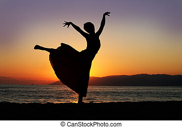 tanzen, frau, an, sonnenuntergang