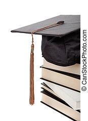 tapa graduación, encima de, un, montón libros, blanco