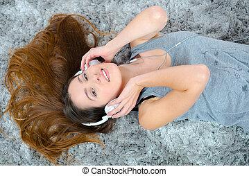 tapijt, vrouw, het liggen, headphones