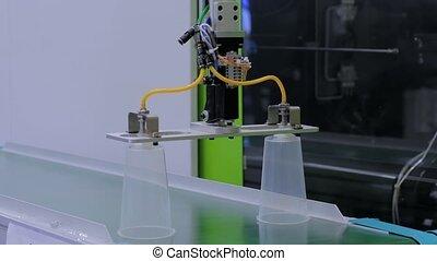 tapis roulant, production, tasses, en mouvement, plastique, ligne, robotique, automatique