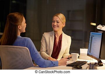 tard, conversation, femmes affaires, bureau, nuit