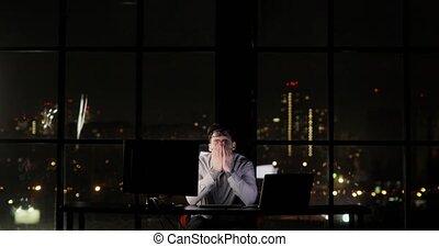 tard, yeux, fonctionnement, fin, prend, bureau, fatigué, day., heures supplémentaires, sien, fatigue, frottements, fermé, programmeur, lunettes, night., homme