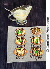 Tartlets with French cream and mint