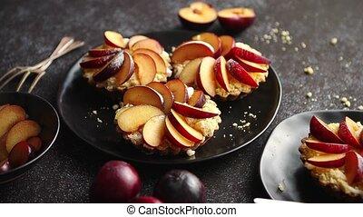 tarts, pokrojony, świeży, zachwycający, śliwka, owoc, mini,...