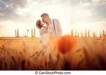 tarwe, romantisch paar, akker, vatting, trouwfeest, kussende