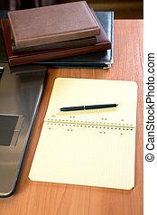 tas, stylo, organisateurs, ordinateur portable, bureau