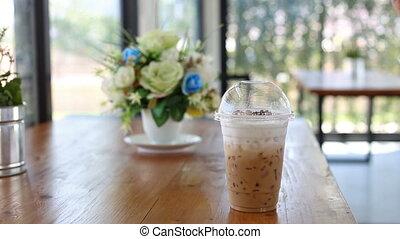 tasse à café, bois, latte, femme, table, main, remuer