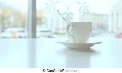 tasse à café, contre, fenêtre., fond, table, blanc