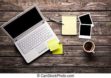 tasse à café, ordinateur portable, photos, papier, instant