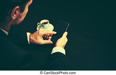 tasse à café, sombre, téléphone, couleurs, mains, homme affaires