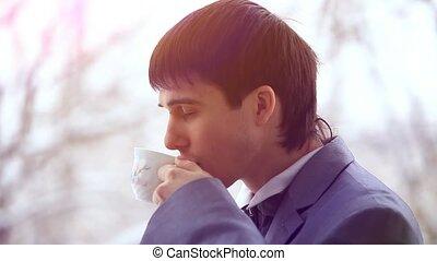 tasse à café, stands, bureau, mobile, sourire., fenêtre, téléphone, homme affaires, hd., parle, concentrer, 1920x1080, beau