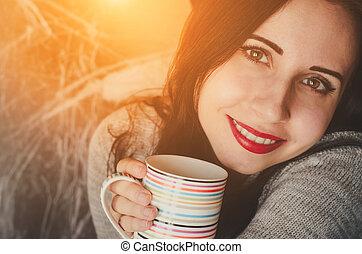 tasse, chandail, boisson, jeune, chaud, joli, garde, fille souriant