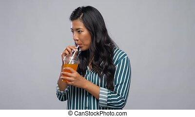 tasse plastique, jus, boire, femme, paille