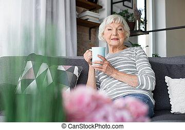 tasse, sofa, séance, gai, mûrir, dame thé