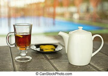 tasse tee, auf, der, holztisch